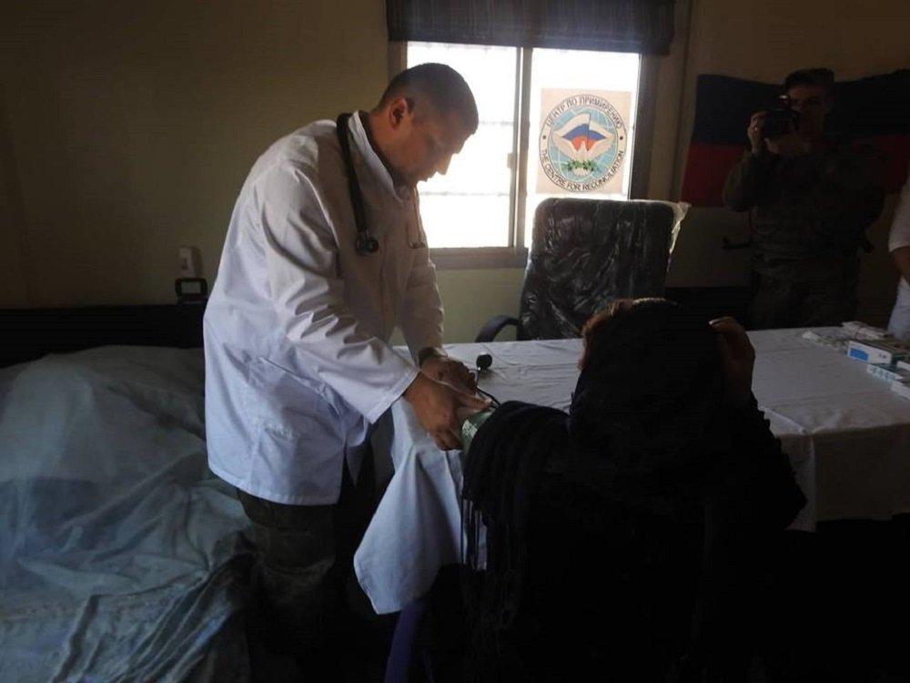 طبيب روسي يقوم بمعالجة أحد المرضى في سوريا بريف مدينة حماة