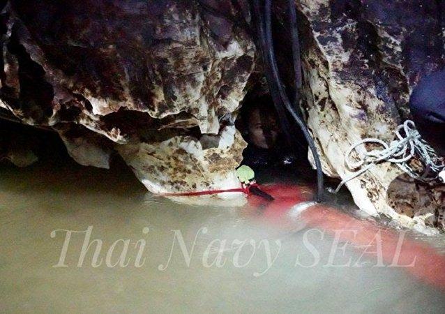 عملية إنقاذ أطفال محتجزين في أحد الكهوف في تايلاند