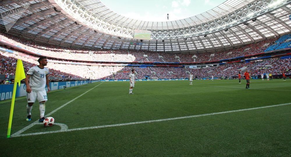 لاعب كرة القدم الروسي ألكسندر ساميدوف يستعد لضربة ركنية، خلال مباراة مرحلة المجموعة 1/8 بين روسيا وإسبانيا، 2018