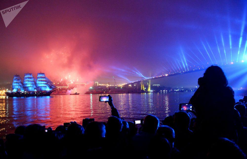 سفينة ثلاثية السارية بالادا في عطلة خريجي كريليا فوستوكا (أجنحة الشرق) على ضفة تسيتساريفيتش في فلاديفوستوك