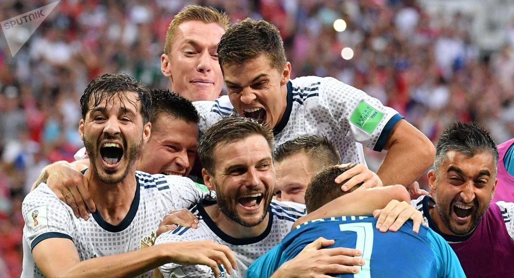 إيغور أكينفييف، حارس مرمى المنتخب الروسي لحظة تصديه لركلة ترجيح أخيرة من المنتخب الإسباني، والذي بدوره أدى إلى فوز المنتخب الروسي وتأهله إلى الربع النهائي