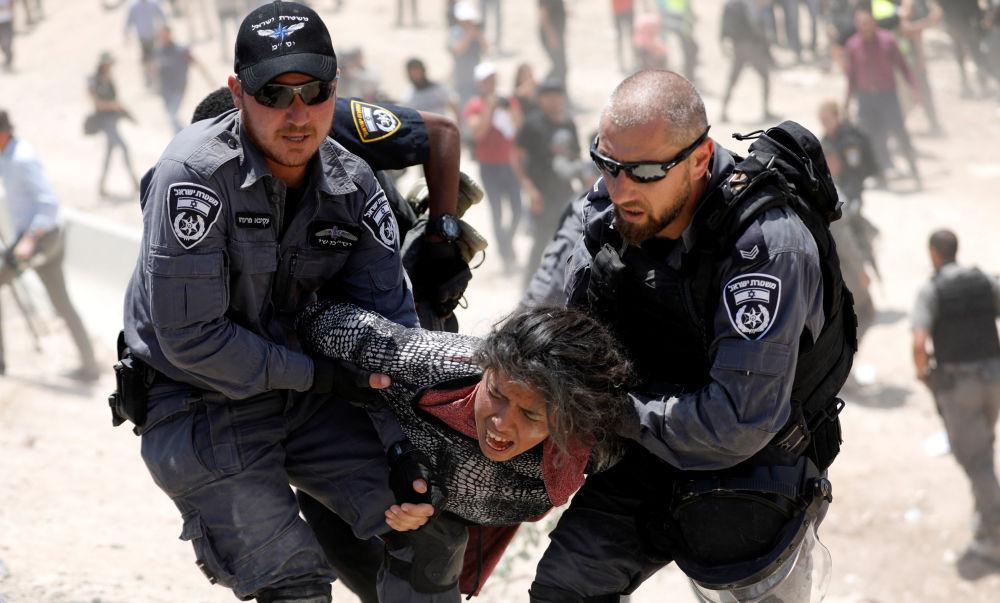 الشرطة الإسرائيلية تعتقل فتاة فلسطينية في قرية الخان الأحمر بالقرب من أريحا، فلسطين 4 يوليو/ تموز 2018