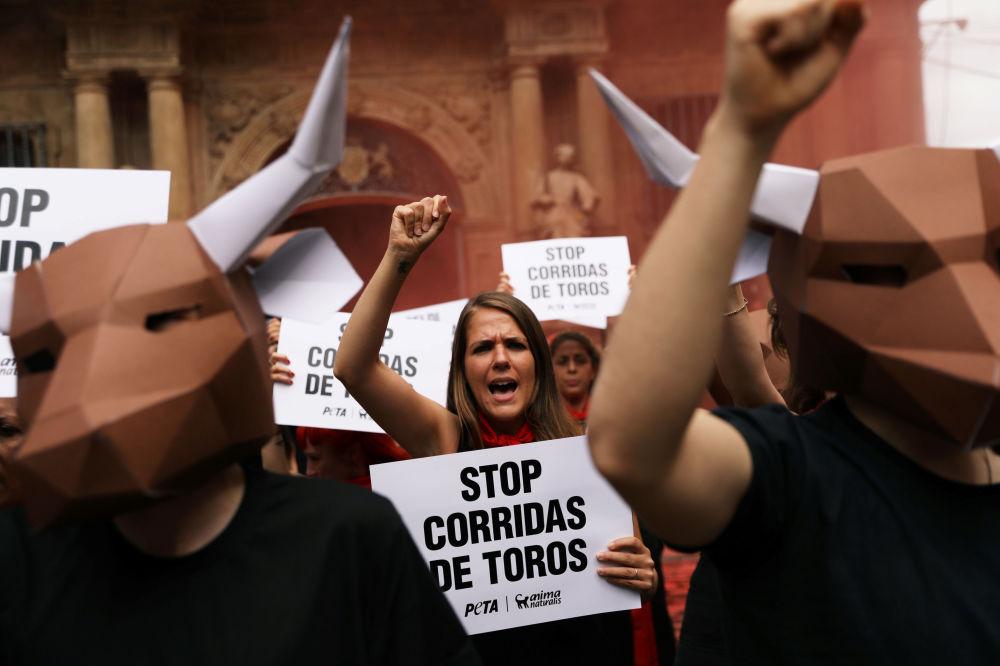 أنصار حماية حقوق الحيوان يتظاهرون لإلغاء مصارعة الثيران، قبل يوم من انطلاق المهرجان الشهير سان فيرمين في بامبلونا، إسبانيا 5 يوليو/ تموز 2018