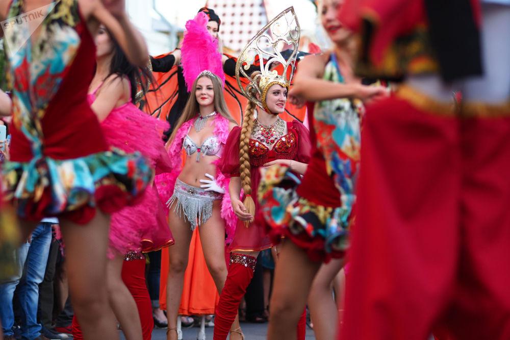 مشاركون في كرنفال الرقص للمشجعين فيفا-2018 بمناسبة مباراة البرازيل والمكسيك في مدينة سامارا، روسيا