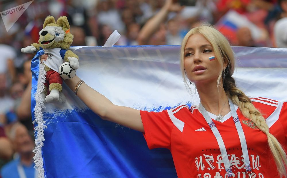 مشجعة المنتخب الروسي خلال مبارة روسيا وإسبانيا