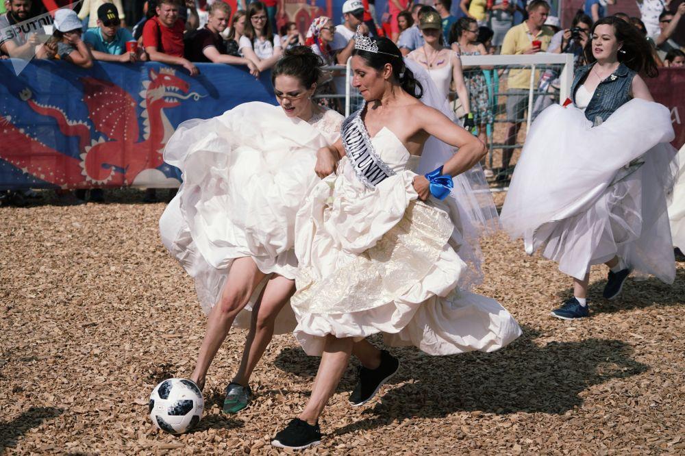 عرائس مشاركة في مباراة كرة القدم في إطار مهرجان فيفا للمشجعين في كأس العالم في مدينة قازان