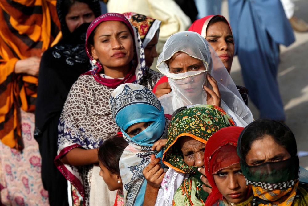 أنصار بيلاوال بوتو زرداري، رئيس حزب الشعب الباكستاني (PPP)، يستمعون إلى خطابه خلال الحملة الانتخابية قبيل الانتخابات العامة في مدينة ثاتا، باكستان في 2 يوليو/ تموز 2018