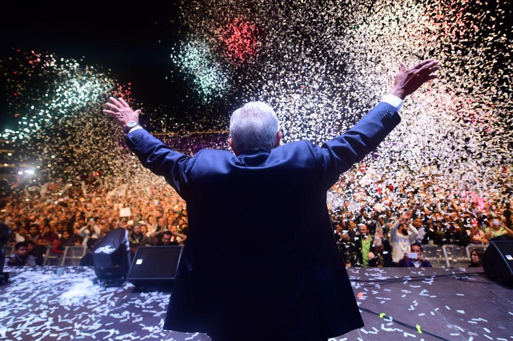 رئيس المكسيك المنتخب حديثًا أندريس مانويل لوبيز أوبرادور، مرشح من حزب جونتوس هاريمو هيستوريا، يحي مؤيديه في ساحة زوكالو بعد فوزه في الانتخابات العامة، في مكسيكو سيتي، في 1 يوليو/ تموز 2018