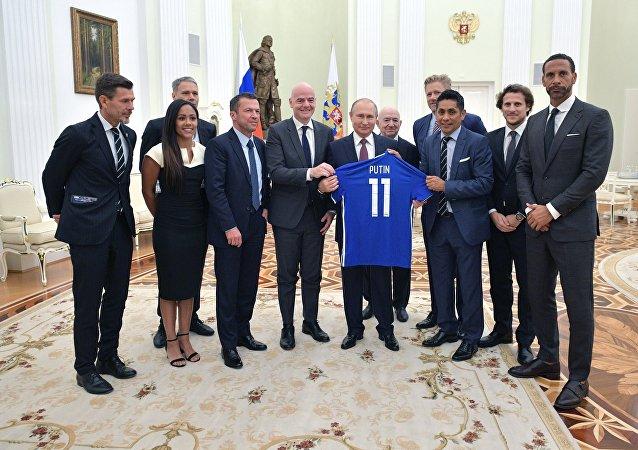 يجري الرئيس الروسي، فلاديمير بوتين، اليوم الجمعة، لقاء مع أساطير كرة القدم العالمية في الكرملين.