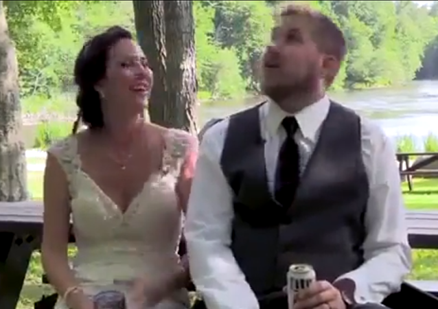 تعرض عروسين لموقف خطير أثناء حفل زفافهما