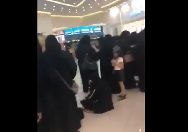 أعداد هائلة من النساء السعوديات لشراء تذاكر حفل  كاظم الساهر بالطائف