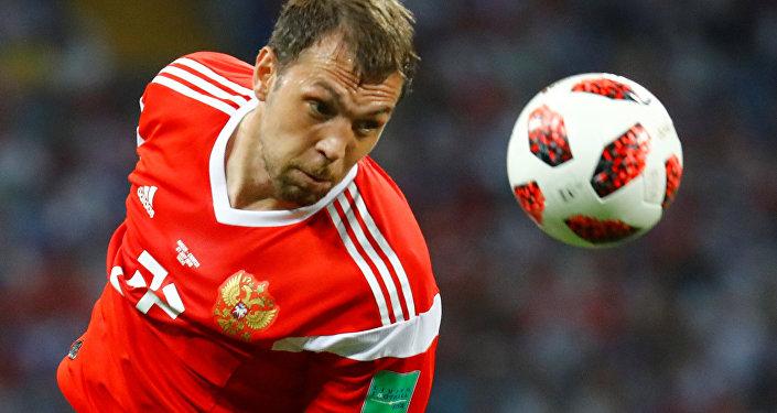 لاعب روسي يحاول التسديد في مباراة كرواتيا