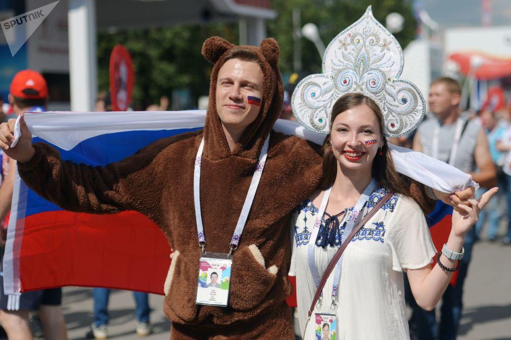 مشجعات يرتدين كوكوشنيك، وهي زينة رأس تقليدية روسية في مرحلة المجموعة 1/8 في مباراة بين روسيا وإسبانيا