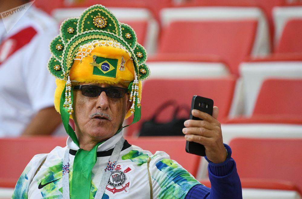 مشجع المنتخب البرازيلي ترتدي كوكوشنيك، وهي زينة رأس تقليدية روسية في مرحلة المجموعة 1/8 في مباراة بين صربيا والبرازيل