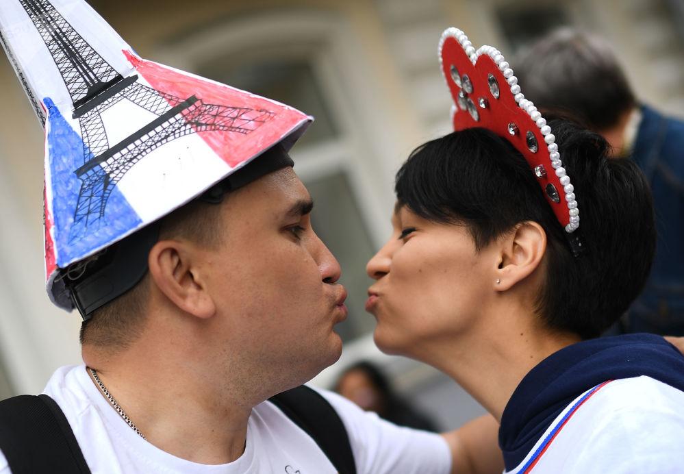 مشجعات يرتدين كوكوشنيك، وهي زينة رأس تقليدية روسية في مرحلة المجموعة 1/8 في مباراة بين فرنسا وبيرو