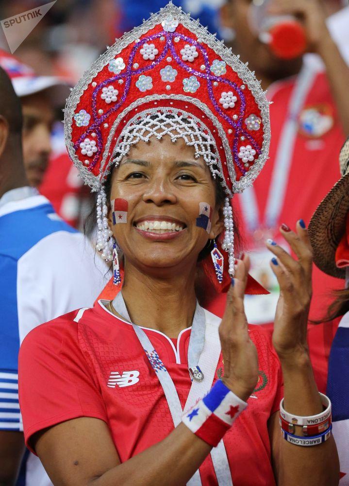 مشجعة المنتخب البنمي ترتدي كوكوشنيك، وهي زينة رأس تقليدية روسية في مرحلة المجموعة 1/8 في مباراة بين بنما وتونس