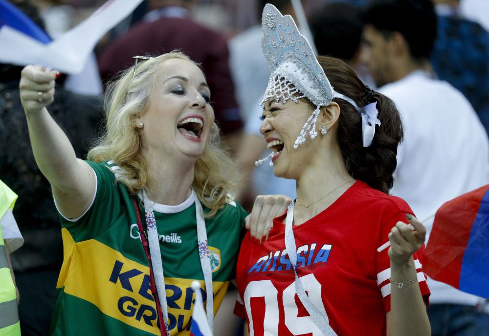 مشجعات يرتدين كوكوشنيك، وهي زينة رأس تقليدية روسية في مرحلة المجموعة 1/8 في مباراة بين إسبانيا وروسيا