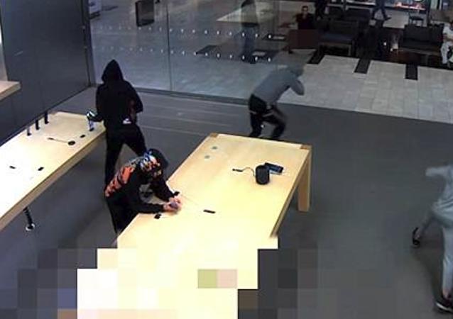 سرقة هواتف آيفون بقيمة 19 ألف دولار