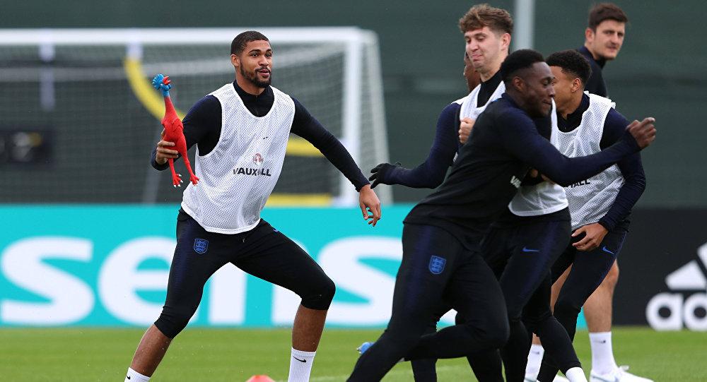 تدريبات المنتخب الإنجليزي باستخدام دجاجة مطاطية قبل لقاء كرواتيا