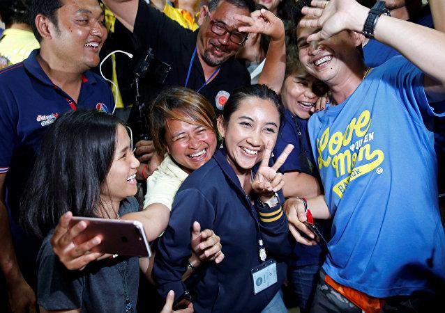 الصحفيون يحتفلون بعد مؤتمر صحفي بالقرب من مجمع كهف ثام لوانغ في مقاطعة شيانج راي الشمالية في تايلاند، 10 يوليو/تموز 2018