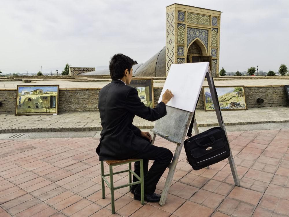 رسام في وسط مينة سمرقند، أوزبكستان