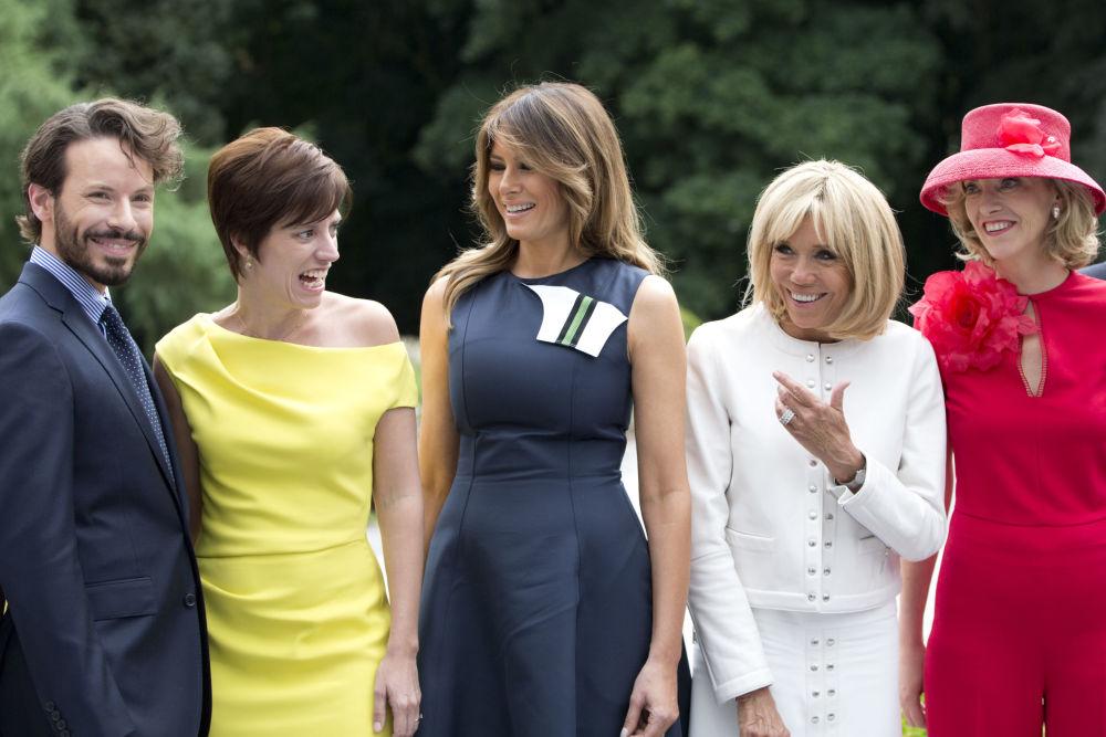 زوجات قادة دول حلف الناتو: من اليسار إلى اليمين: زوجة رئيس وزراء سلوفينيا مويكا ستروبنيك، السيدة الأولى البلغارية ديسيسلافا راديفا، والسيدة الأولة التركية أمينة إردوغان، زوجة الأمين العام لحلف الناتو إنغريد شليرود، وشريكة حياة رئيس وزراء لوكسمبورغ إميلي ديرباودرينغين، والسيدة الأولى الأمريكية ميلانيا ترامب، يلتقطن صورة جماعية لهن خلال قمة لدول حلف الناتو في بلجيكا 11 يوليو/ تموز 2018