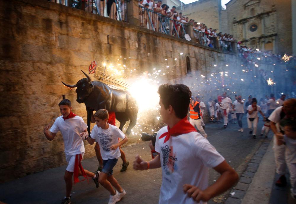 المشاركون في مهرجان سان فيرمان السنوي في بامبلونا، إسبانيا 8 يوليو/ تموز 2018