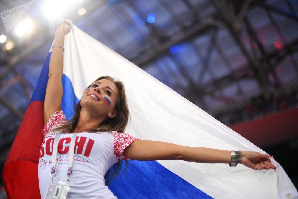 مشجعة المنتخب الروسي قبل إطلاق صافرة بداية مباراة الربع النهائي بين روسيا وكرواتيا