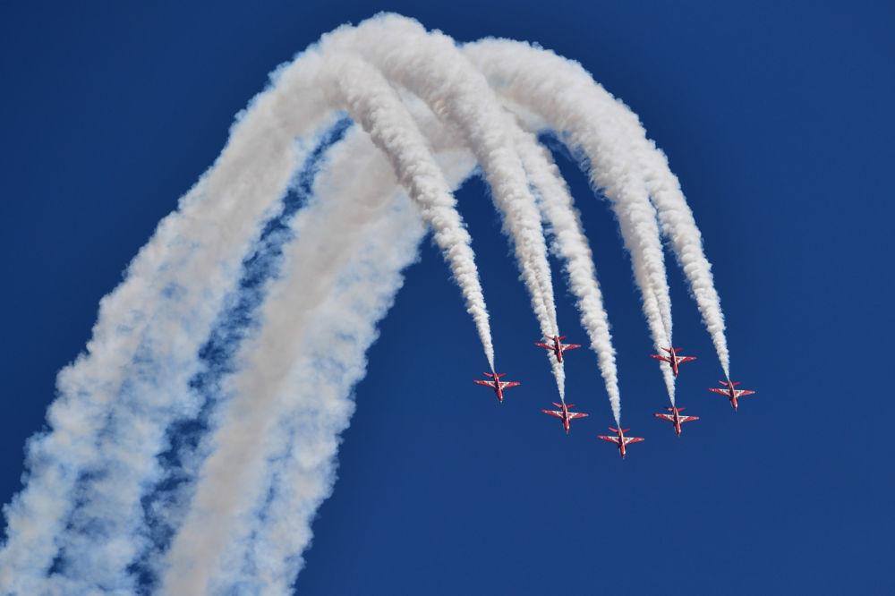 فريق السهام الحمراء للاستعراض الجوي، التابع للقوات الجوية الملكية البريطانية، قبل إنطلاق سباق الجائزة الكبرى لـ الفورمولا -1 البريطاني في سيلفرستون، وسط إنجلترا 8 يوليو/ تموز 2018