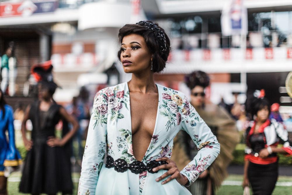 عرض نموذج من تصميم مصممين محليين، خلال عرض للأزياء في نسخة 2018  في إطار سباق شهر يوليو للخيول فوداكوم ديربان في ديربان، جنوب أفريقيا 6 يوليو/ تموز 2018