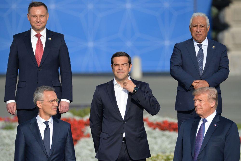 الأمين العام لحلف شمال الأطلسي ناتو، ينس ستولتنبرغ، ورئيس الوزراء اليوناني أليكسس تسيبراس، ورئيس الوزراء اليوناني أليكسيس تسيبراس والرئيس الأمريكي دونالد ترامب والرئيس البولندي أندريه دودا ورئيس الوزراء البرتغالي أنطونيو كوستا في قمة رؤساء الدول ورؤساء حكومات الدول الأعضاء في حلف الناتو في بروكسل
