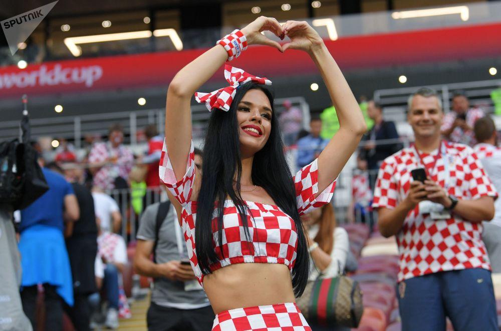 مشجعة المنتخب الكرواتي قبل بدء مباراة النصف النهائي لكرة القدم بين إنجلترا وكرواتيا