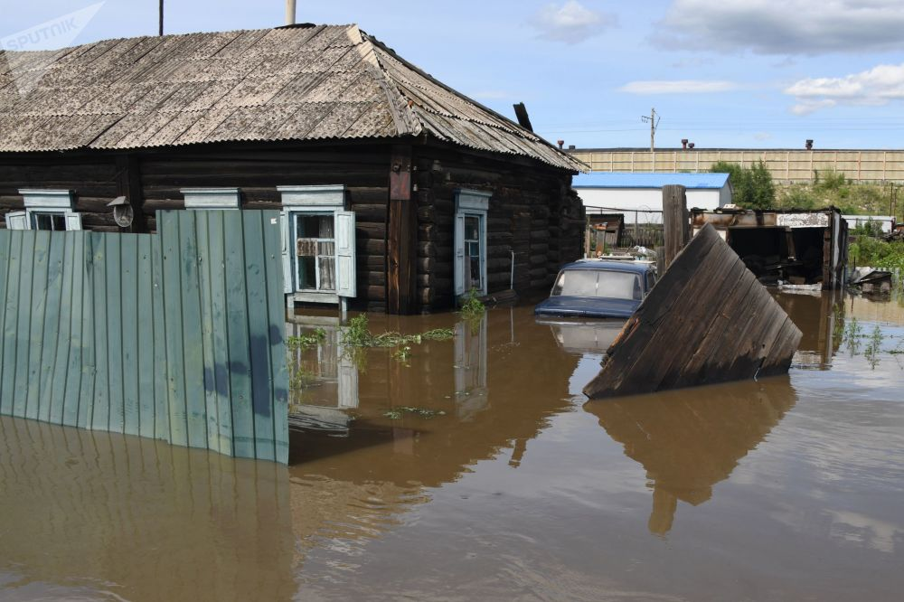 فياضانات في تشيتا الروسية بعد أن فاض منسوب مياه نهر تشيتينكا عن طبيعته، روسيا