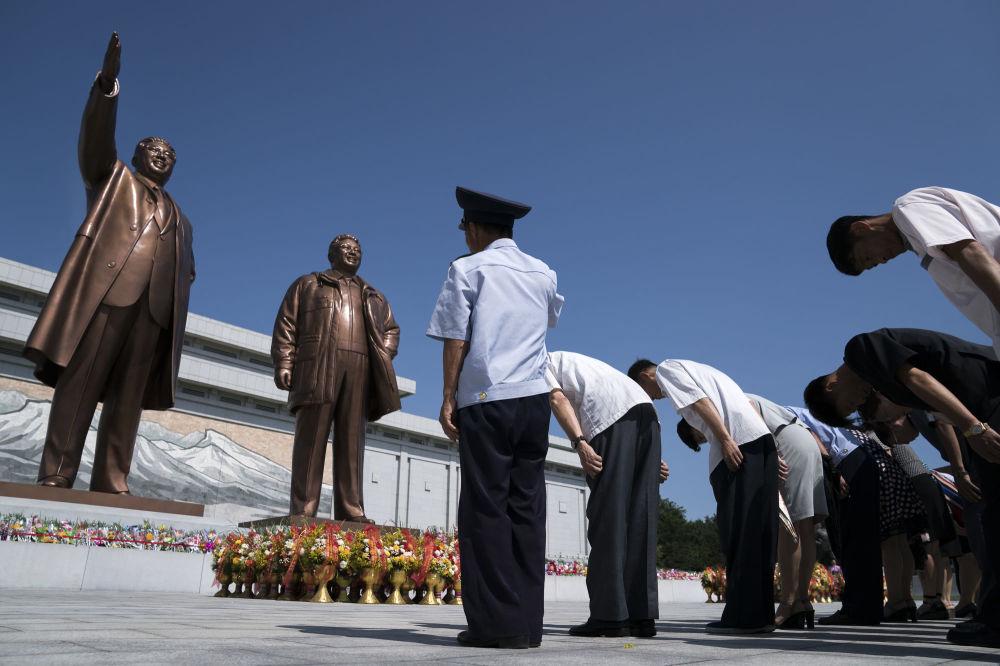 أهالي كوريا الشمالية يحيون ذكرى وفاة الزعيم السابق كيم إل سونغ في بيونغ يانغ، كوريا الشمالية 8 يوليو/ تموز 2018