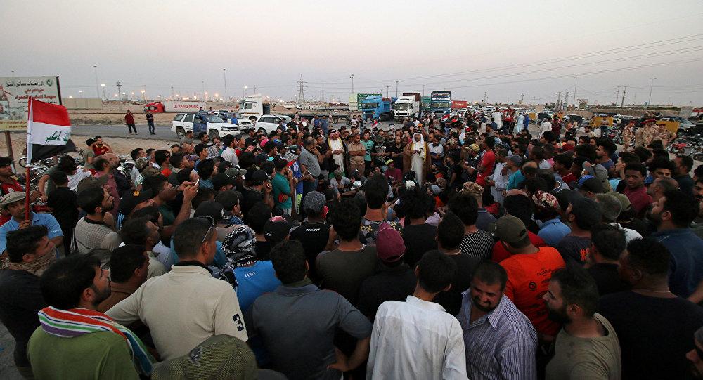 متظاهرون يغلقون الطريق، جنوب العراق