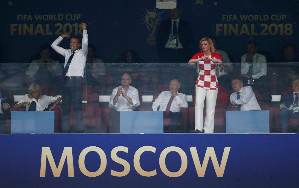 رئيسة كرواتيا كوليندا كيتاروفيتش ورئيس فرنسا إيمانويل ماكرون وهما يتابعان مباراة النهائي في مونديال روسيا بين منتخبي بلادهما، 15 يوليو/تموز 2018