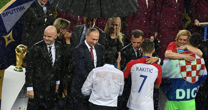 رئيسة كرواتيا تحتضن حارس المنتخب