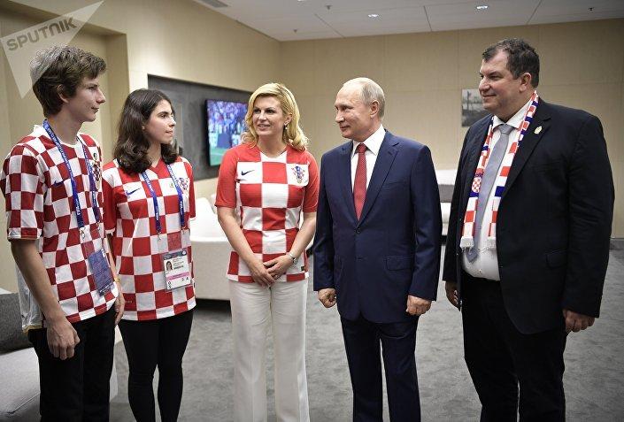 رئيسة كرواتيا مع الرئيس الروسي فلادمير بوتين قبيل المباراة