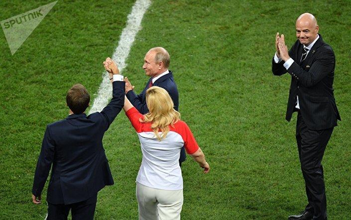 رئيسة كرواتيا عقب تسليم الجوائز مع بوتين وماكرون ورئيس فيفا