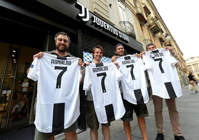 مشجعو نادي يوفنتوس الإيطالي يحملون قمصان اللاعب كريستيانو رونالدو في تورينو