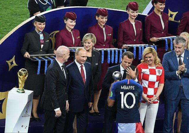 تسلم مبابي جائزة أفضل لاعب شاب قي مونديال روسيا