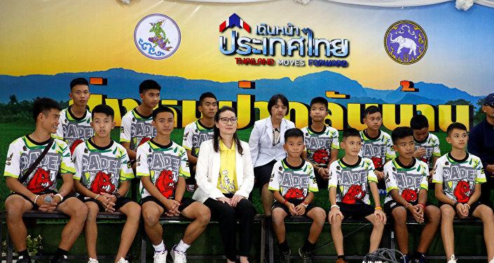 الصبية التايلانديين الـ 12 مع مدربهم في مؤتمر صحفي في  تايلاند بعد إنقاذهم من الكهف، 18 يوليو/تموز 2018