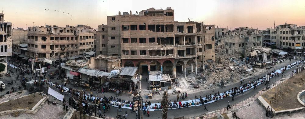 صورة بعنوان Iftar Amongst the Ruins، للمصور محمد بدرة، الحائزة على المركز الأول في فئة الأخبار
