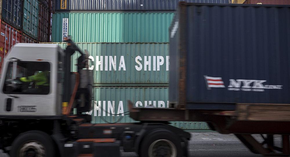 عبور شاحنة محملة بحاويات شحن صينية بطول 40 قدم في ميناء سافانا بولاية جورجيا.