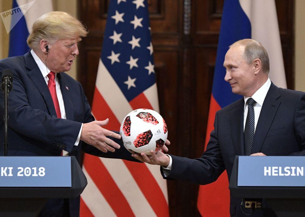 الرئيس الروسي فلاديمير بوتين يهدي الرئيس الأمريكي دونالد ترامب كرة القدم روسيا 2018 خلال قمة هلسنكي