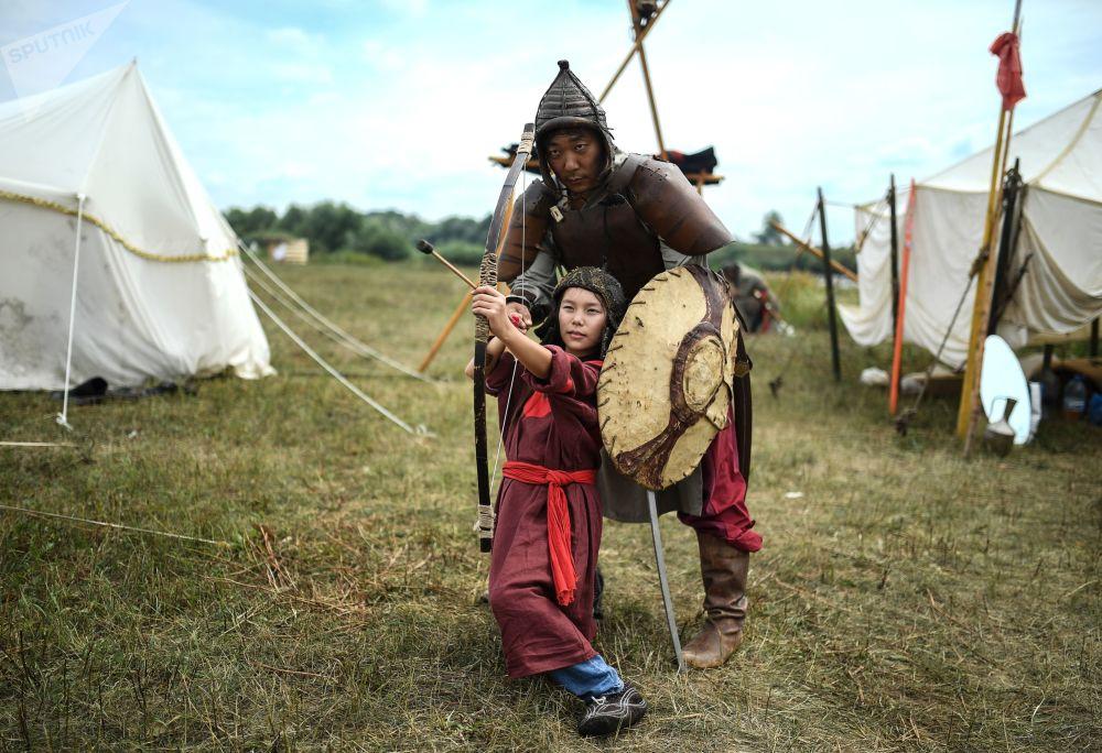 المشاركون في محاكاة تاريخية عسكرية في مهرجان الصمود العظيم على نهر أوغرا عام 1480 في منطقة كالوغا الروسية