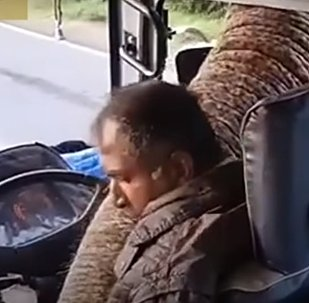 فيل جائع يسد الطريق في إحدى بلدان سريلانكا