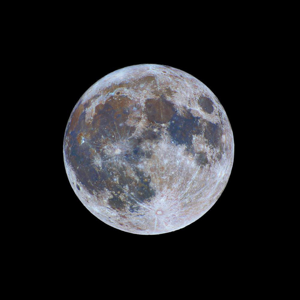 صورة بعنوان Color-Full Moon، للمصور نيكولاس ليفاوديوكس