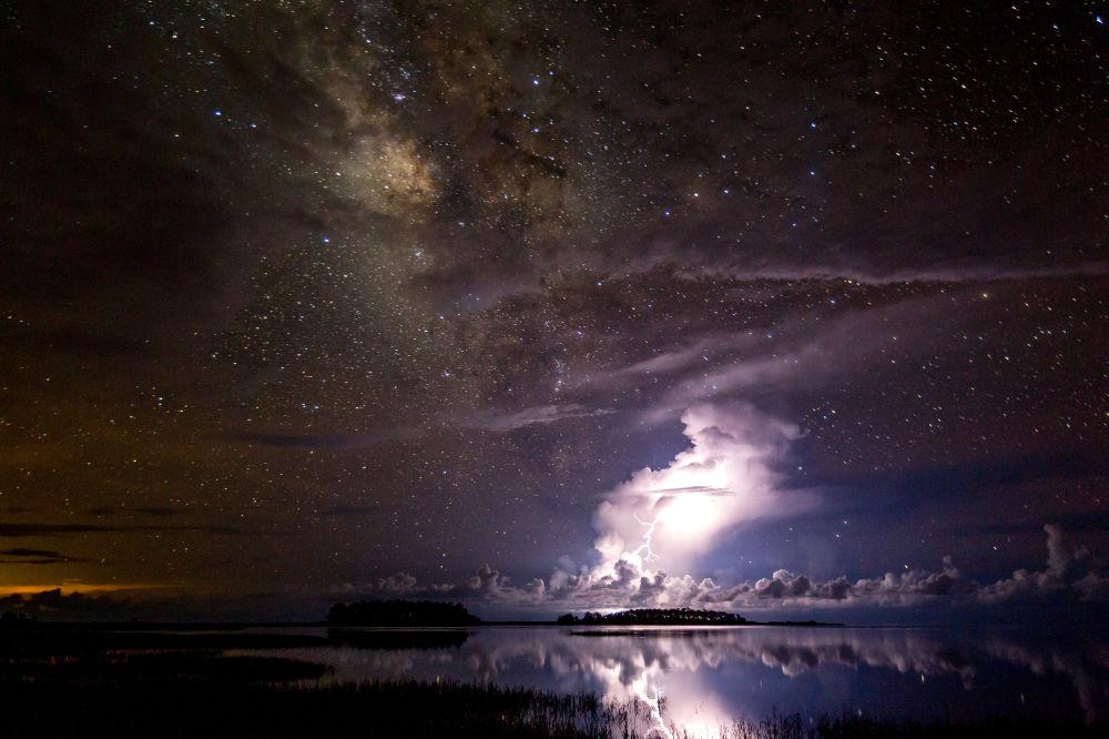 صورة بعنوان Thunderstorm under milky way للمصور تيانيوان خياو