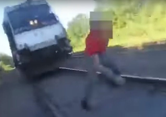 رجل يهرب من دهس قطار له